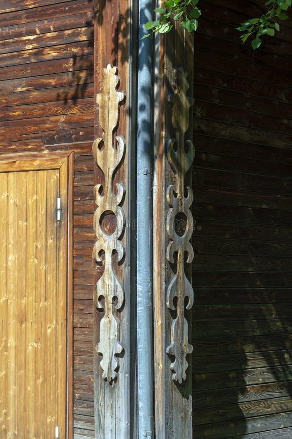 Hölzerne geschnitzte Dekorecke eines Altbaus in Sibirien stockfoto