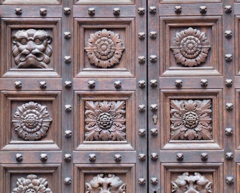 Hölzerne geschnitzte Türnahaufnahme stockbilder