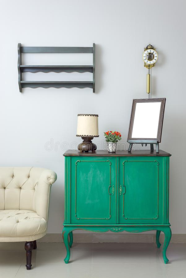 Hölzerne grüne Weinleseanrichte mit leerem hölzernem aufwändigem braunem Tischplattenfotorahmen-, Blumenpflanzer-, Tischlampe- un stockfotografie