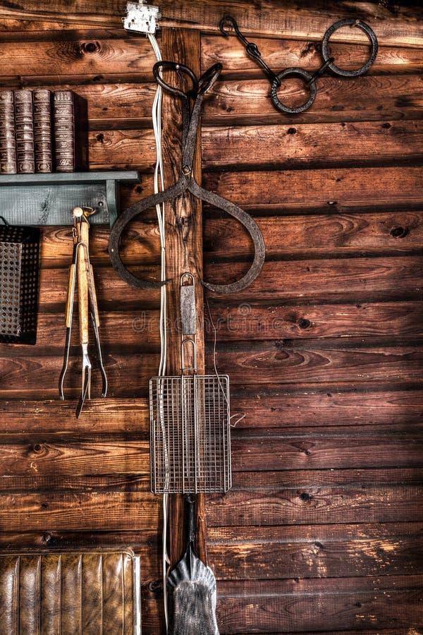 Hölzerne Häuschenwand mit Werkzeugen stockfotografie