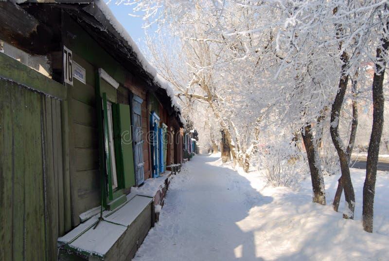 Hölzerne Häuser im Winter lizenzfreies stockbild
