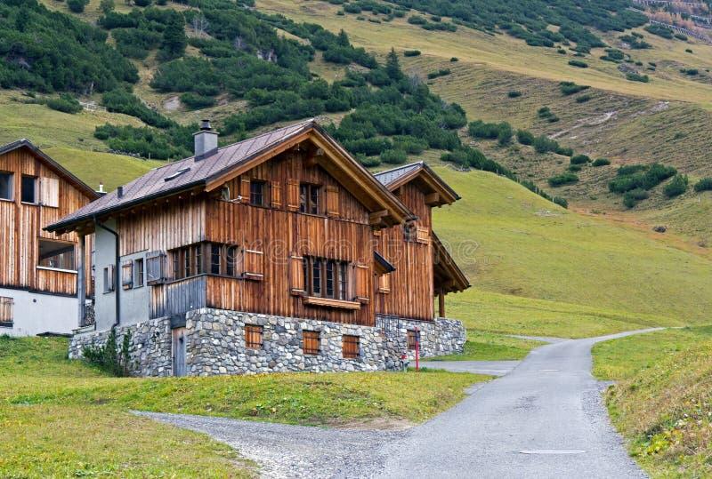 Hölzerne Häuser in Malbun in Lichtenstein stockfoto