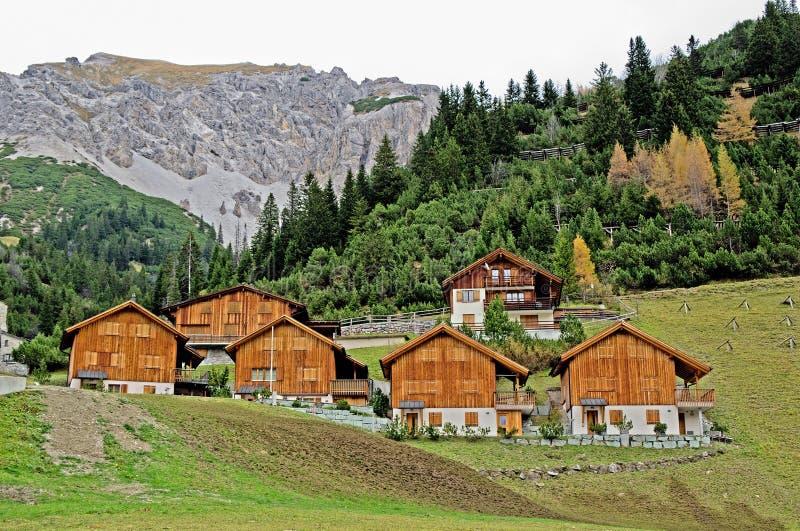 Hölzerne Häuser in Malbun in Lichtenstein stockfotos