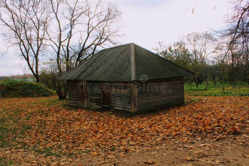 Hölzerne Hütte im Zustand der Zählung Leo Tolstoy in Yasnaya Polyana im Oktober 2017 lizenzfreies stockbild