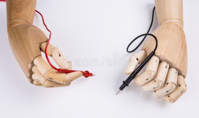 Hölzerne Hand und elektrisches Vielfachmessgerät lizenzfreies stockfoto