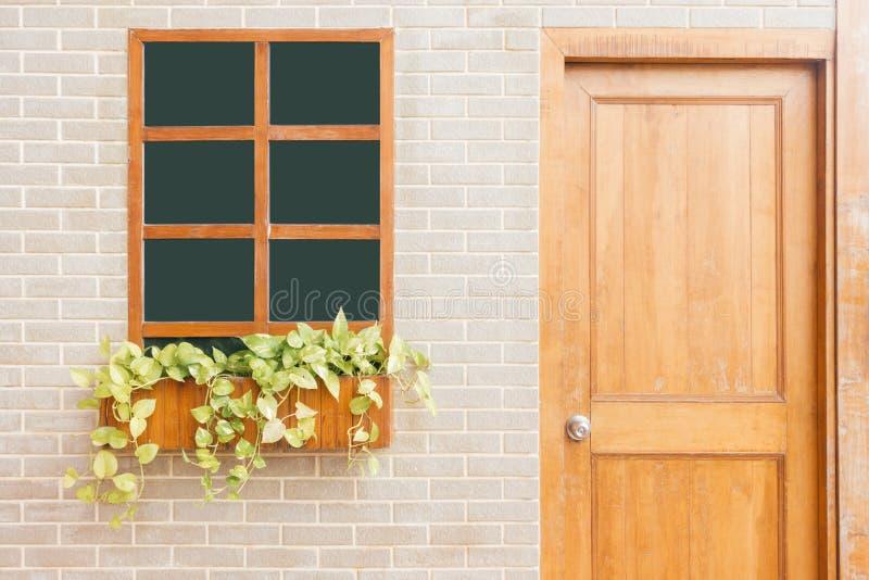 Hölzerne Haustür eines Hauses Vorderansicht einer hölzernen Haustür auf einem gelben Haus lizenzfreies stockbild