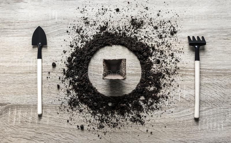 Hölzerne Hintergrundkonzepterde erdete die Kreistellerlöffelgabelgabel-Rührstangenbeschaffenheit, die Torftablettensamenkürbistop stockfotografie