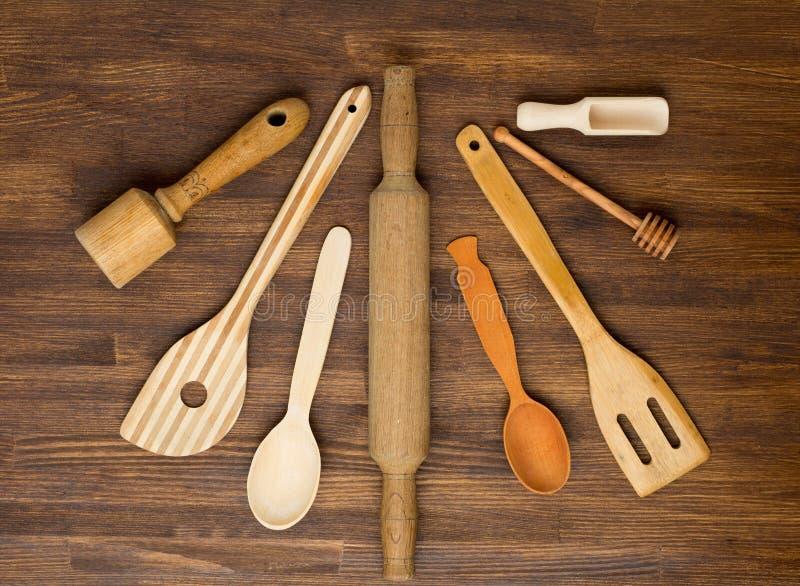 Hölzerne Küchenwerkzeuge auf hölzernem Hintergrund der Weinlese stockbild