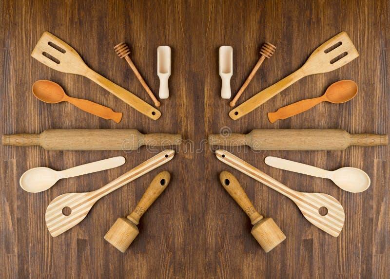 Hölzerne Küchenwerkzeuge auf hölzernem Hintergrund der Weinlese stockfotos