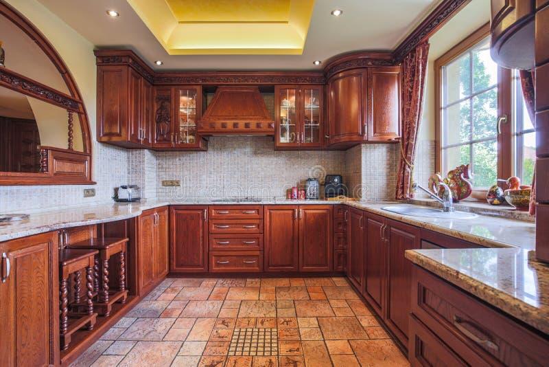 Hölzerne Küchenzeile stockfotografie