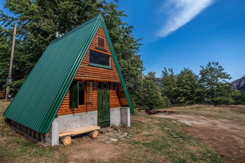 Hölzerne Kabine im Wald im Herbst durch den Berg Zelengora, B lizenzfreie stockfotografie