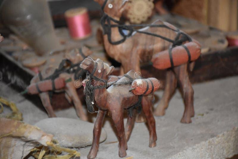 Hölzerne Kamelfigürchen lizenzfreie stockbilder