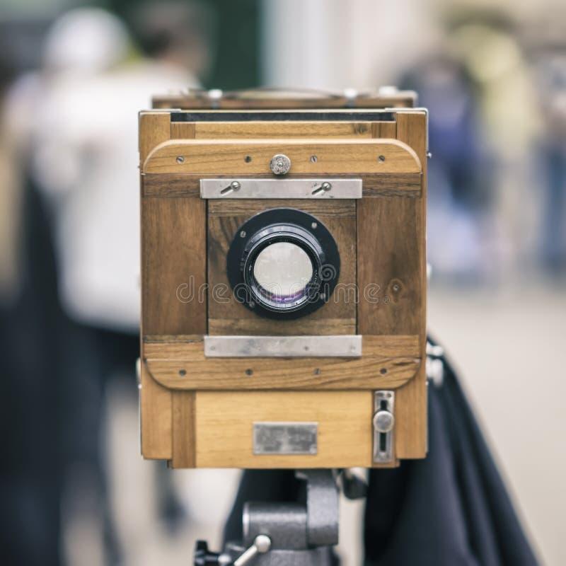 Hölzerne Kamera des Weinlesefotos auf einem Stativ Verarbeitet mit Retrostil Foto, Kinokonzept und andere Antiquitäten für lizenzfreies stockbild