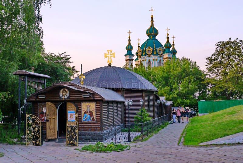 Hölzerne Kapelle mit goldenen Kreuzen auf dem Hintergrund von St- Andrew` s Kirche kiew ukraine lizenzfreie stockbilder