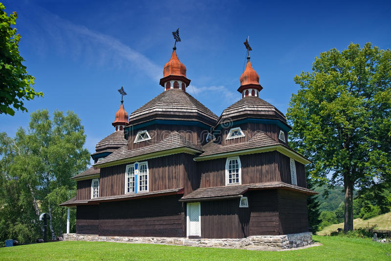Hölzerne Kirche in Nizny Komarnik stockfotos