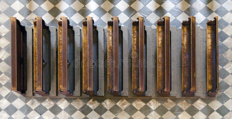 Hölzerne Kirchenbänke auf Steinboden lizenzfreie stockfotos