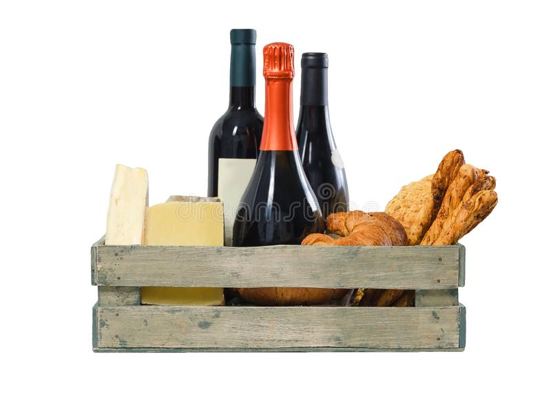 Hölzerne Kiste mit Rebe, Käse und Gebäck auf weißem Hintergrund stockbilder