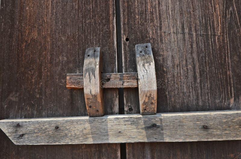 Hölzerne Klinke für die Blockierung der alten Türblätter stockbild