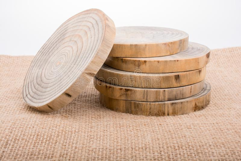 Hölzerne Klotz geschnitten in runde dünne Stücke stockfotos