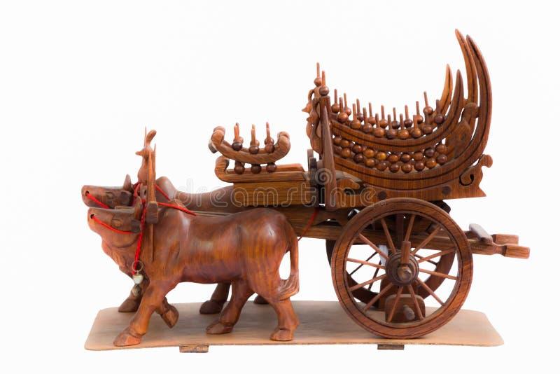 Hölzerne Kunst der Kuh und der Warenkörbe in Thailand lizenzfreies stockbild