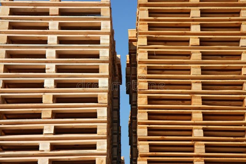 Hölzerne Ladeplatten bis zum Himmel lizenzfreie stockfotografie