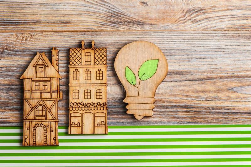 Hölzerne Lampe und Häuser auf Grünstreifenhintergrund lizenzfreies stockfoto
