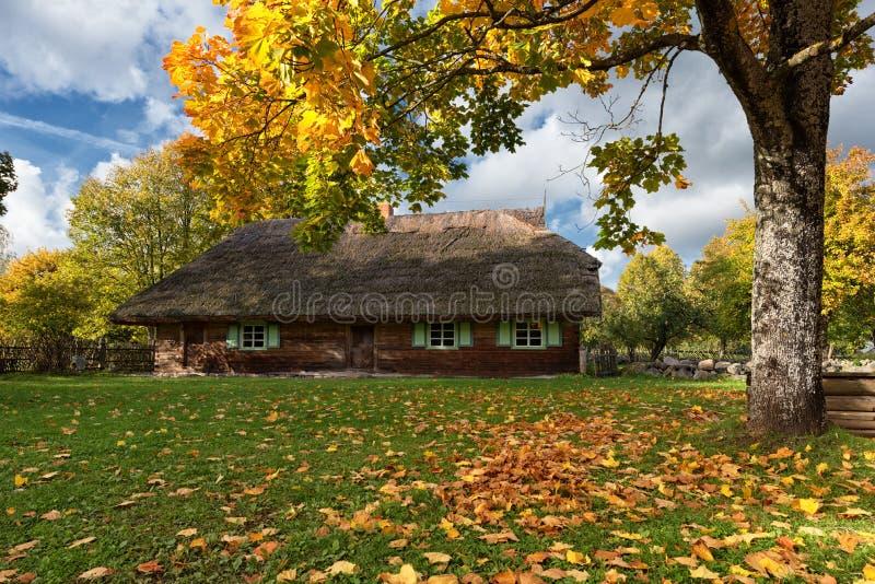 Hölzerne Landhaus-Herbstlandschaft Rumsiskes Litauen lizenzfreie stockfotografie
