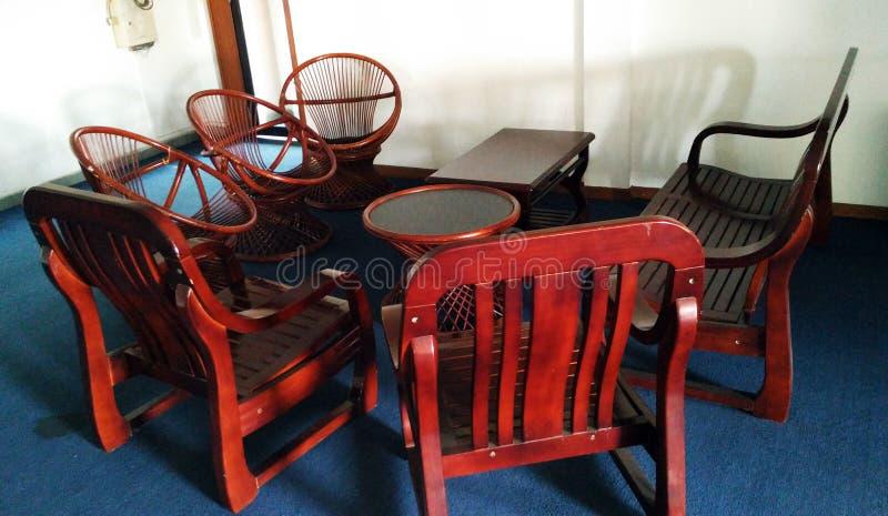 Hölzerne lebende Möbel des Stuhls und der Tabelle lizenzfreies stockbild