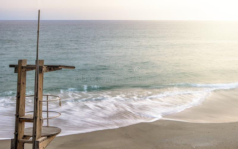Hölzerne Lebenschutzstation an Carabeo-Strand, Nerja, Spanien stockfoto