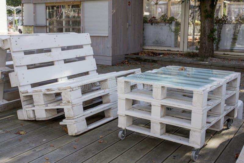 Hölzerne Möbel im Freien von den weißen Paletten stockbild