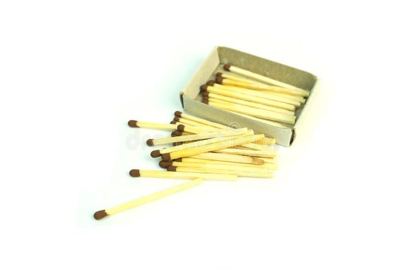 Hölzerne Matchsticks mit dem Schwefel Foto auf weißem Hintergrund stockfotografie