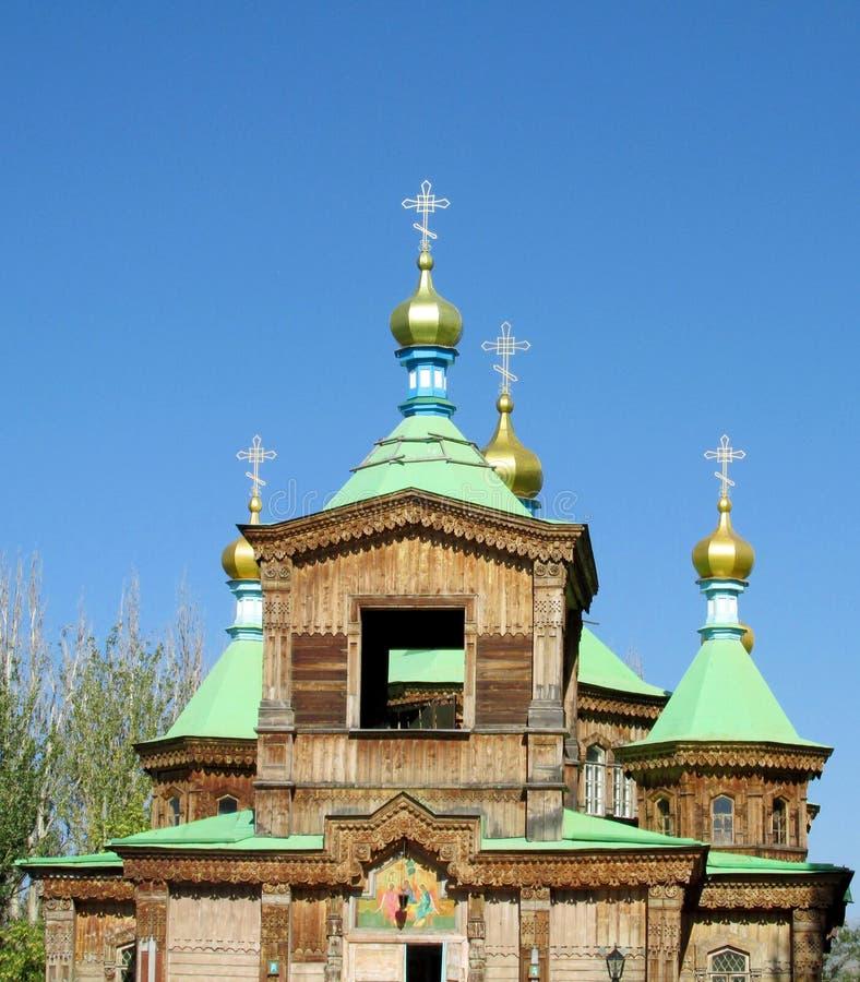 Hölzerne orthodoxe Kirche mit goldenem Kreuz auf dem Dach stockfotografie