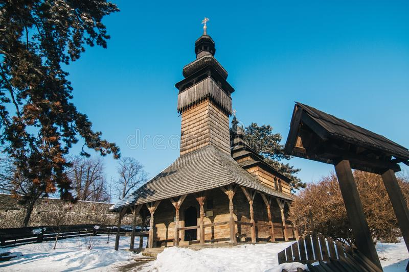 Hölzerne orthodoxe traditionelle Kirche lizenzfreies stockbild