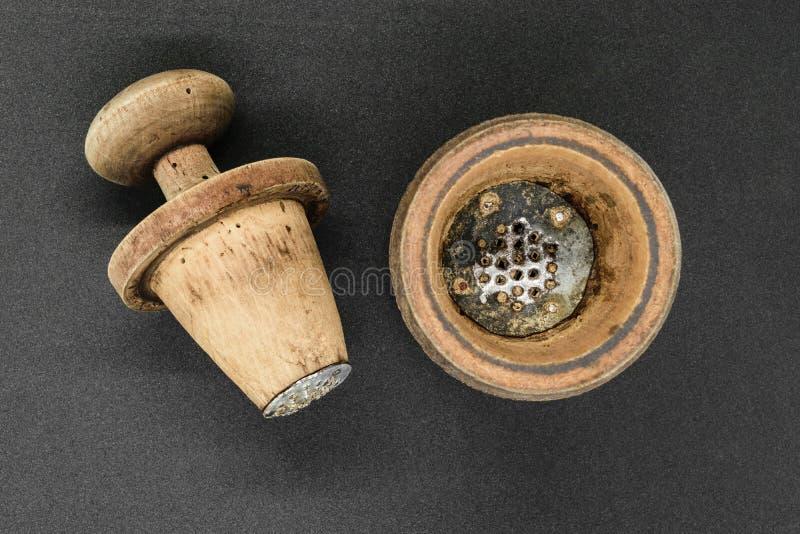 Hölzerne Pfeffermühle der manuellen Weinlese stockbild