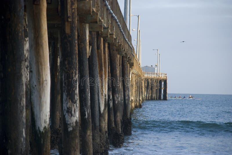Hölzerne Pfosten von Avila setzen Pier, Kalifornien auf den Strand lizenzfreie stockbilder