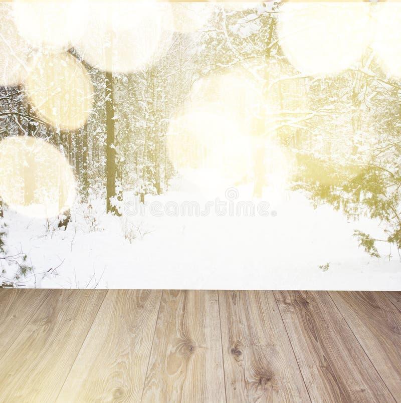 Hölzerne Planken mit Winterwaldhintergrund lizenzfreie stockbilder