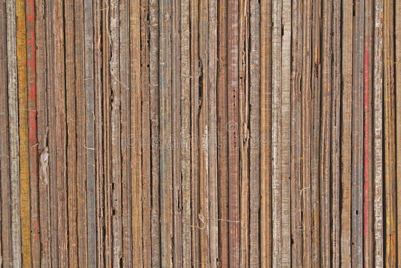 Hölzerne Planken und Beschaffenheiten in einem ordentlichen Stapel stockbilder