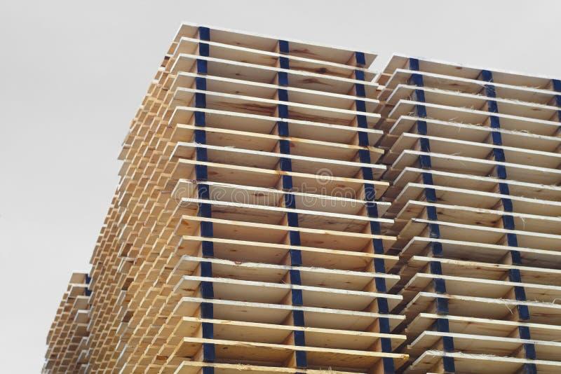 Hölzerne Plankenpaletten, die VersandLagerhausyard verpacken stockfotografie