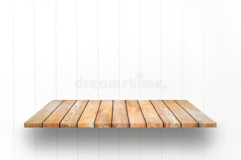 Hölzerne Plankenregale und weißer hölzerner Wandhintergrund lizenzfreie stockfotografie