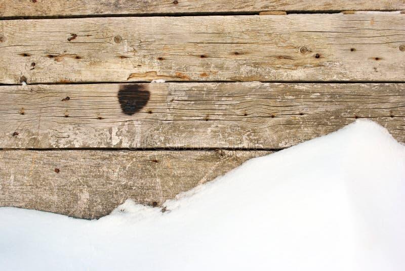 Hölzerne Plankenwand mit rostigen Nägeln und gebranntem Fleck stockfotos