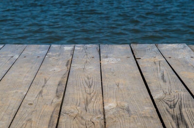 Hölzerne Plattform durch Wasser lizenzfreie stockfotos