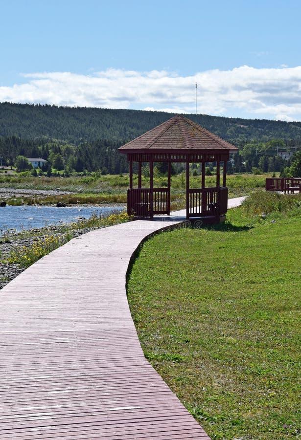 Hölzerne Promenade und Pavillon an der Hafen-Anmut lizenzfreie stockfotos