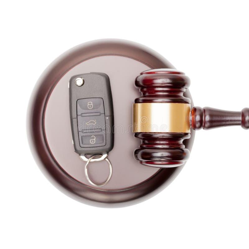 Hölzerne Richterhammer- und -autoschlüssel über Resonanzkörper - Ansicht von der Spitze stockfotografie