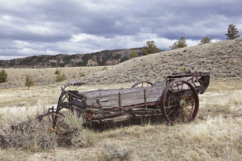 Hölzerne rostige landwirtschaftliche Düngemittelspreizer stockfoto