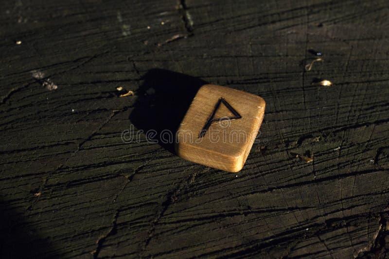 H?lzerne Runen auf dem Stumpf lizenzfreie stockfotos