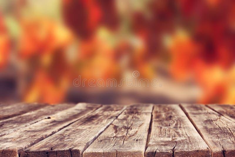 Hölzerne rustikale Bretter vor Weinberghintergrund im Herbst bereiten Sie für Produktanzeige vor lizenzfreies stockbild