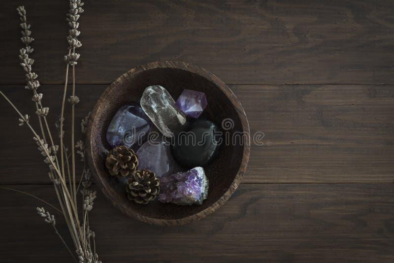 Hölzerne Schüssel mit Auswahl von Steinen und von Kristallen lizenzfreies stockbild