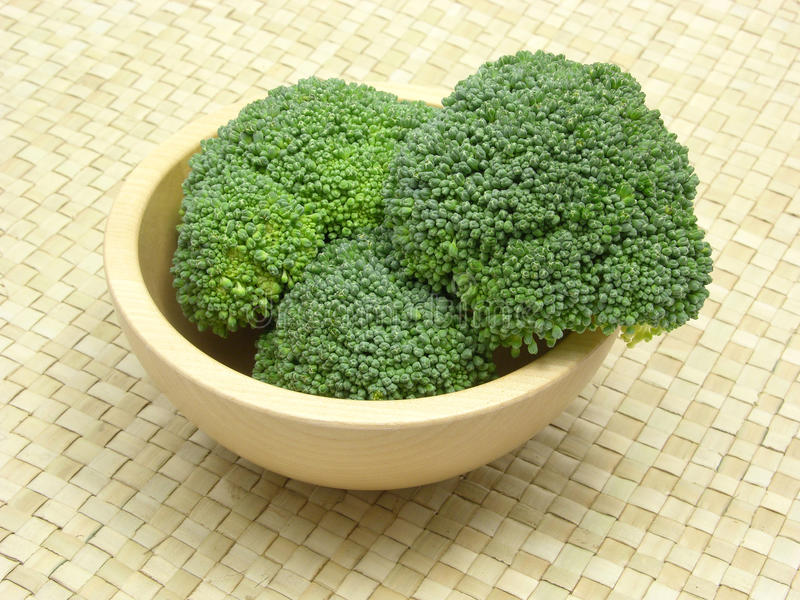Hölzerne Schüssel mit Brokkoli stockfoto