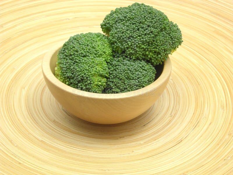 Hölzerne Schüssel mit Brokkoli stockfotografie