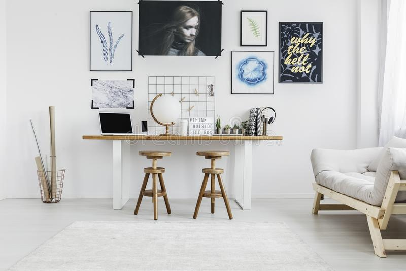Hölzerne Schemel im Wohnzimmer stockfoto